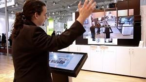 Luciano Pica vom DFKI erklärt die Technik von DaaS (Cebit)