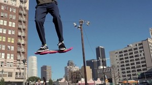 Christopher Lloyd und Tony Hawk mit Hoverboard Huvr