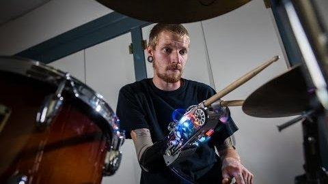 Bionische Prothese spielt Schlagzeug