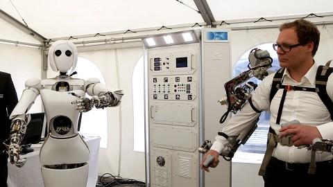 Exoskelett steuert Roboterdame Aila - DFKI