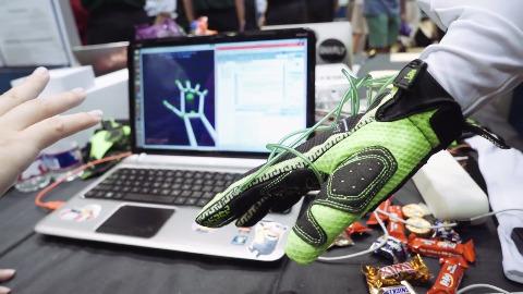 Rice zeigt Force-Feedback-Handschuh für Virtual Reality