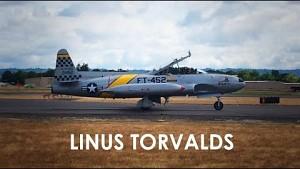 Linus Torvalds in einem Kampfflugzeug
