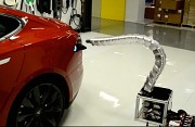 Tesla Laderoboter (Bild Herstellervideo)
