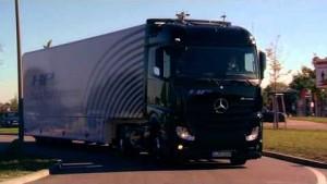 Lkw fährt autonom auf der Autobahn - Daimler