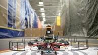 Drohne fliegt durch Hindernisparcours - Darpa
