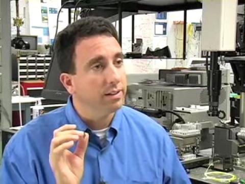 Intel-Direktor Mario Mario Paniccia erklärt den optischen Verstärker