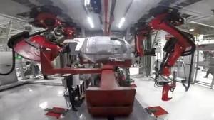 Roboter beim Bau eines Model X - Tesla