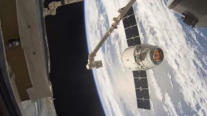 SpaceX Dragon dockt an - Timelapse (Nasa)