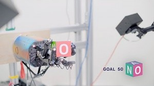 KI-gesteuerte Roboterhand spielt mit einem Würfel