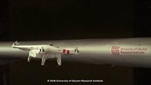Drohne gegen Flugzeugtragfläche