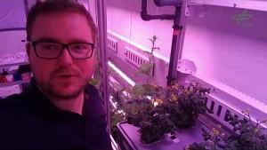 Paul Zabel zeigt das Eden-ISS-Gewächshaus - DLR