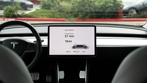 Ladevorgang am neuen Tesla Supercharger V3