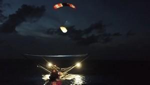 SpaceX Drohnenschiff fängt Raketenteil auf (Firmenvideo)