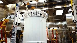 Kryostat des Detektors LZ wird installiert