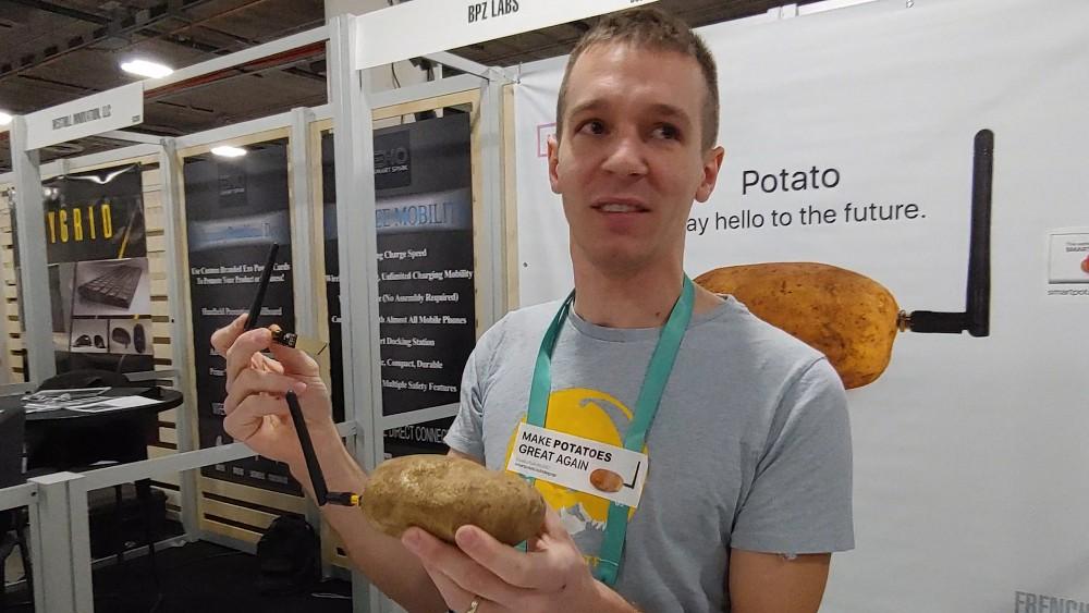 Nicolas Baldeck zeigt die smarte Kartoffel (CES 2020)