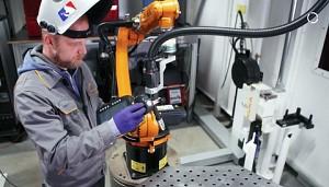 Kuka zeigt Roboterprogrammierung per Handführung (Herstellervideo)