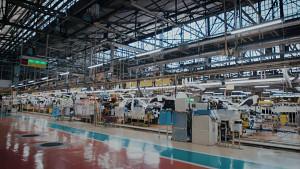 Fahrende Roboter in der Autofabrik - Nissan