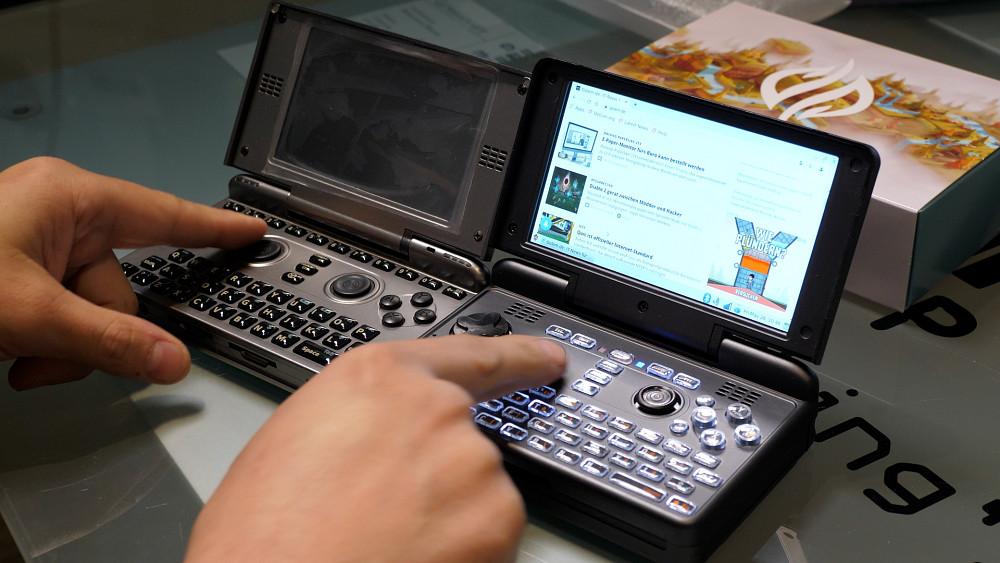 Michael Mrozek stellt den Linux-Handheld Pyra vor
