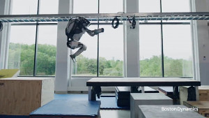 Atlas-Roboter macht Parkour (Boston Dynamics)