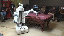 Roboter PR2 spielt Billard