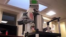 Haushaltsroboter PR2 räumt auf