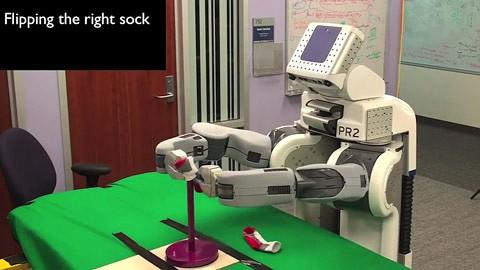 Haushaltsroboter PR2 faltet Socken