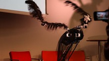 Präsentation, bei der ein Roboter Schwanensee tanzt