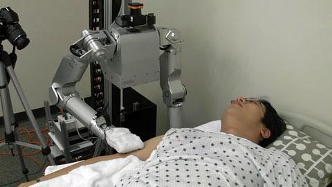 Roboter Cody wäscht bettlägerige Patienten