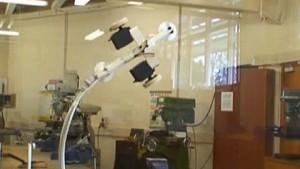 Roboter hält sich mit Unterdruck an der Wand
