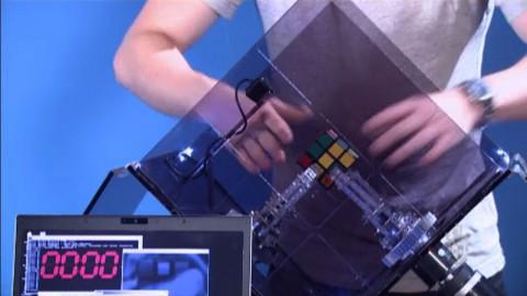 Roboter löst Zauberwürfel