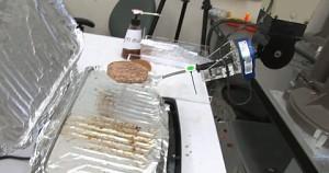 Roboter spielen Golf und grillen Fleisch