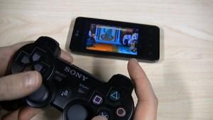 Playstation-Controller steuert Smartphone-Spiel