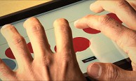 Braille-Tastatur findet die Finger des Anwenders