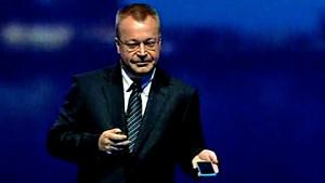 Nokia-Chef Stephen Elop zeigt Lumia 800