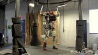 Roboter Petman macht Liegestütze