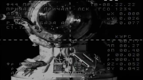 Sojus dockt an die ISS an