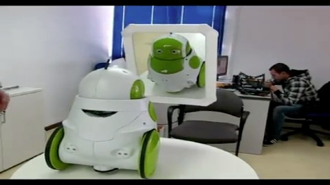 Roboter Qbo vor dem Spiegel