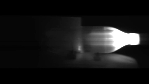 Ein Laserpuls wandert in Zeitlupe durch eine Flasche