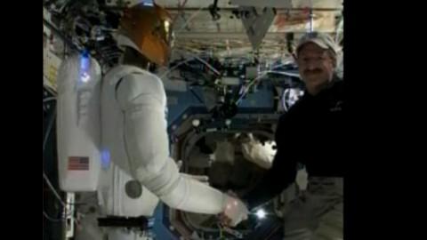 Robonaut schüttelt ISS-Kommandant die Hand