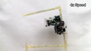 Roboter klettert und baut