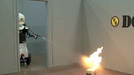 Humanoider Roboter Octavia löscht Feuer