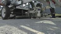 Straßenreparatur mit asphaltspritzendem Roboter