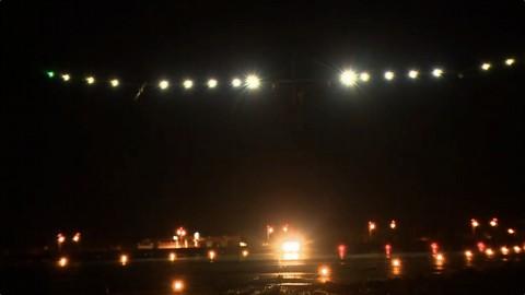 Solar Impulse landet bei Nacht in Ouarzazate