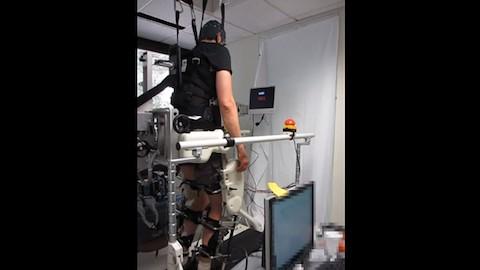 Per BCI gesteuertes Exoskelett