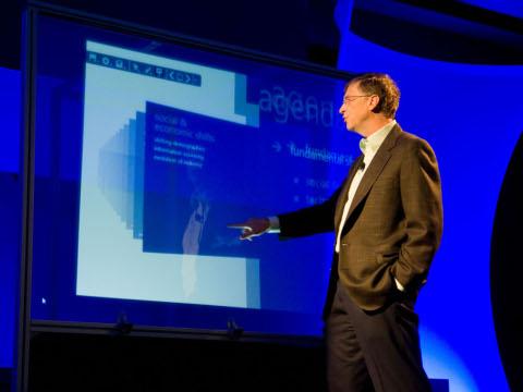 Bill Gates demonstriert Touch Wall